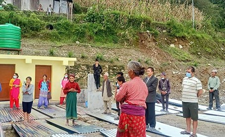 पहिरोबाट बिस्थापित परिवारलाई ५० बण्डल जस्तापाता सहयोग